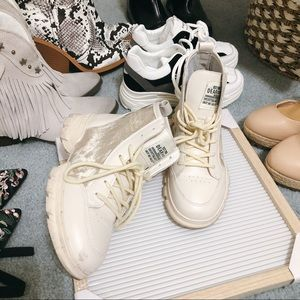 Shoes - ClearOut Sneaker 💛